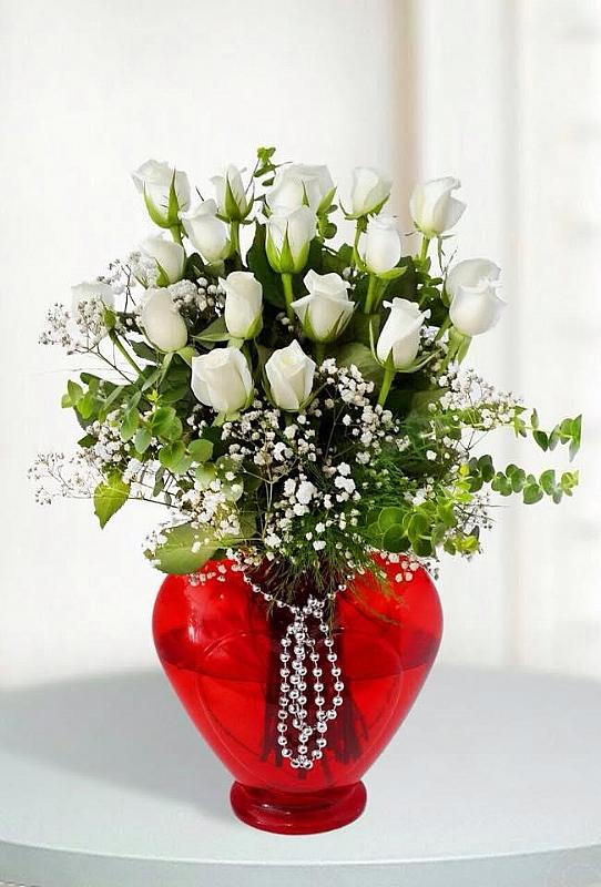 Kalp vazo içinde 15 beyaz gül
