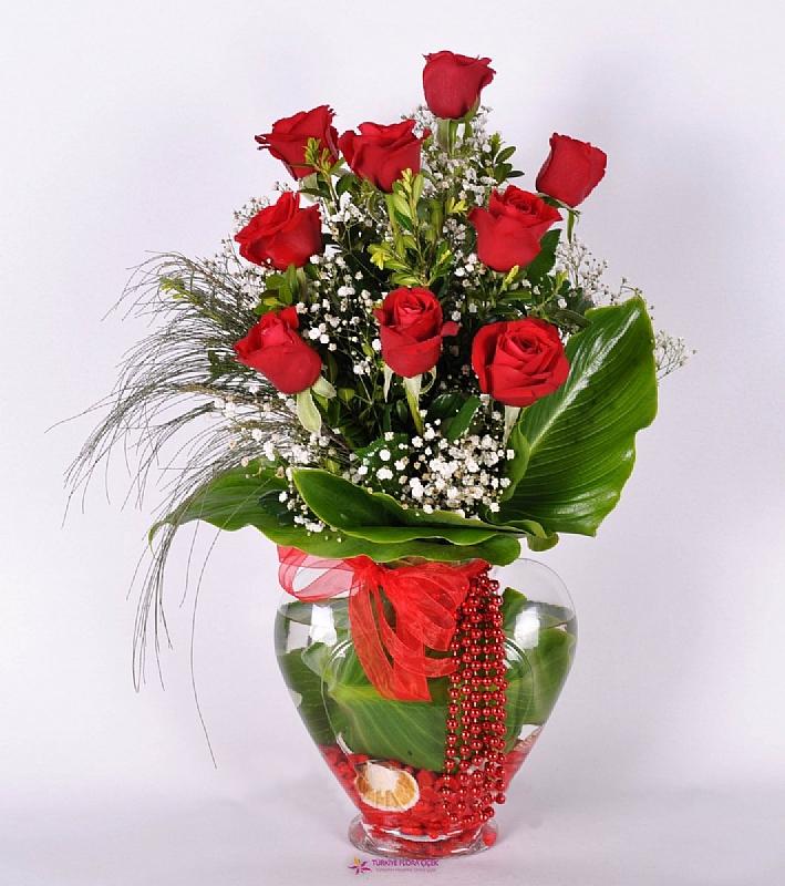 kalp vazo içinde 9 kırmızı gül